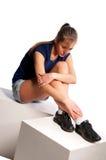 Donna che si siede sui cubi di legno Fotografie Stock