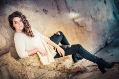 Donna che si siede sui punti Fotografie Stock