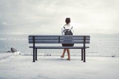 Donna che si siede sul banco Immagini Stock Libere da Diritti