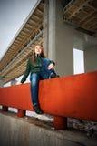 Donna che si siede sul parapetto fotografia stock libera da diritti