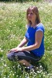 Donna che si siede sull'erba Immagine Stock Libera da Diritti