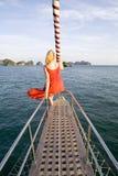 Donna che si siede sull'yacht Fotografia Stock