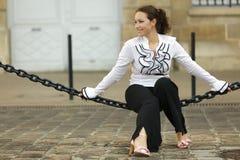 Donna che si siede sulla catena Immagini Stock