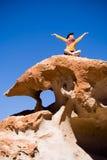 Donna che si siede sulla roccia vulcanica Fotografie Stock