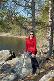Donna che si siede sulle rocce Fotografia Stock Libera da Diritti