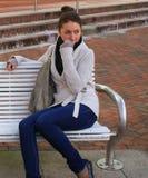 Donna che si siede in un brench Fotografia Stock Libera da Diritti