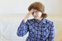 Donna che si tiene per mano sulla testa, depressione, dolore, emicrania Immagini Stock