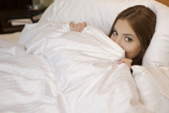 Donna che si trova nel sonno della base Fotografia Stock Libera da Diritti