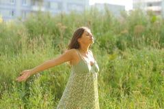 Donna che si trova nell'erba Fotografie Stock Libere da Diritti