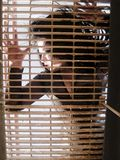 Donna che si trova su una griglia Fotografia Stock Libera da Diritti