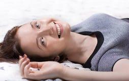 Donna che si trova sul letto Fotografia Stock