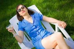 Donna che si trova sul lounger del sole fotografie stock libere da diritti