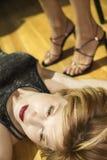 Donna che si trova sul pavimento. immagine stock