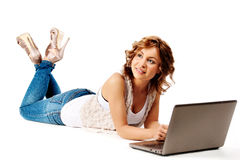Donna che si trova sul pavimento con sorridere del computer portatile Fotografia Stock Libera da Diritti
