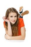 Donna che si trova sul pavimento dello studio che sorride voi Fotografia Stock