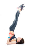 Donna che si trova sul pavimento e che fa gli esercizi Immagini Stock Libere da Diritti