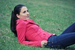 Donna che si trova sul prato inglese Fotografia Stock Libera da Diritti