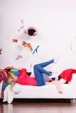 Donna che si trova sul sofà, vestiti colpiti Fotografia Stock Libera da Diritti