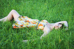 Donna che si trova sull'erba Fotografie Stock Libere da Diritti