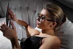 Donna che si trova sulla base con un computer portatile Fotografia Stock Libera da Diritti