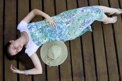 Donna che si trova sulla piattaforma di legno Fotografia Stock
