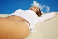 Donna che si trova sulla sabbia Fotografie Stock Libere da Diritti