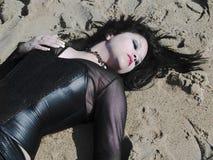 Donna che si trova sulla sabbia Fotografia Stock Libera da Diritti