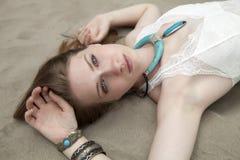 Donna che si trova sulla sabbia Immagini Stock
