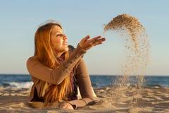 Donna che si trova sulla spiaggia Fotografie Stock