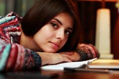 Donna che si trova sulla tavola con il taccuino Fotografia Stock Libera da Diritti