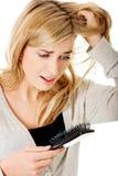 Donna che slaccia capelli Fotografia Stock Libera da Diritti
