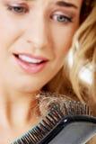 Donna che slaccia capelli Fotografia Stock