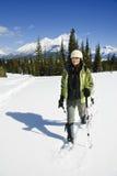 Donna che snowshoeing nelle Montagne Rocciose canadesi Fotografia Stock