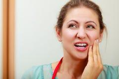 Donna che soffre dal dolore di dente di mal di denti immagini stock