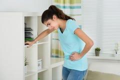 Donna che soffre dal dolore di stomaco immagine stock