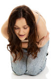 Donna che soffre dal dolore severo in sua pancia Immagini Stock