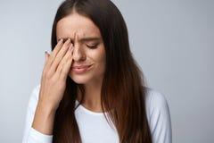 Donna che soffre dal forte dolore, avendo emicrania, fronte commovente Fotografie Stock