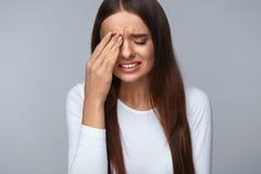 Donna che soffre dal forte dolore, avendo emicrania, fronte commovente Fotografie Stock Libere da Diritti