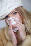 Donna che soffre dal freddo Fotografie Stock Libere da Diritti