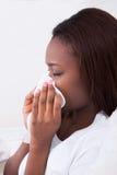 Donna che soffre dal freddo a casa Fotografia Stock