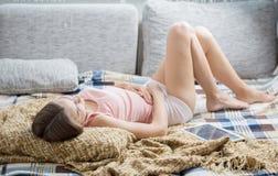 Donna che soffre dal mal di stomaco Fotografia Stock Libera da Diritti
