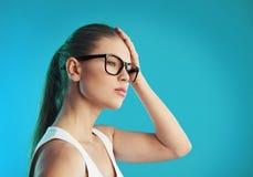 Donna che soffre dall'emicrania Fotografia Stock