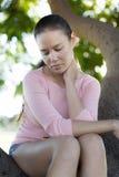 Donna che soffre dalla depressione nella regolazione all'aperto Fotografia Stock Libera da Diritti