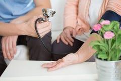 Donna che soffre per l'ipertensione fotografie stock libere da diritti