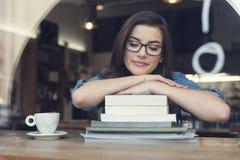 Donna che sogna di qualcosa al caffè immagini stock libere da diritti