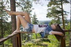 Donna che sogna nella foresta Fotografia Stock Libera da Diritti