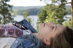 Donna che sogna nella foresta Immagine Stock