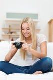 Donna che sorride ad una foto sulla sua macchina fotografica Immagine Stock Libera da Diritti
