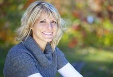 Donna che sorride alla macchina fotografica Fotografie Stock Libere da Diritti