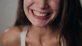 Donna che sorride con il sorriso perfetto ed i denti bianchi che ridono sorriso stock footage
